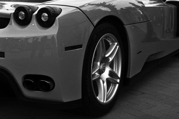 Italian_dream_car_Ferrari_Enzo_-_body_parts_-_Central_lug_nut_wheels